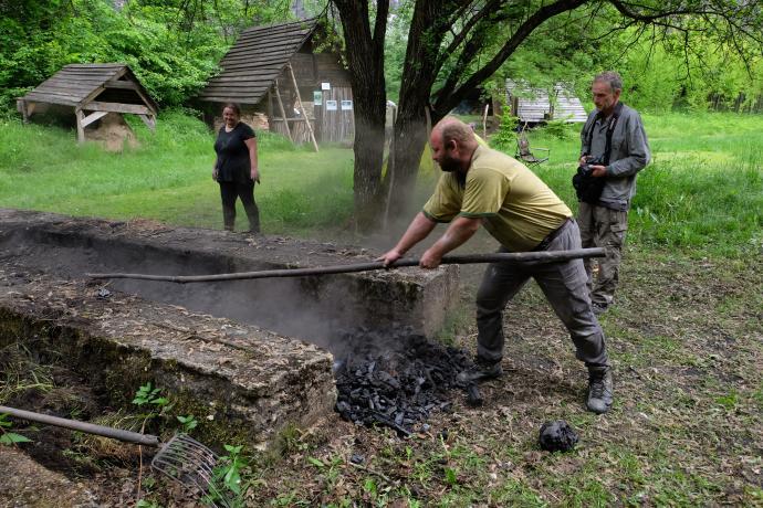 Rozhrnování dřevěného uhlí