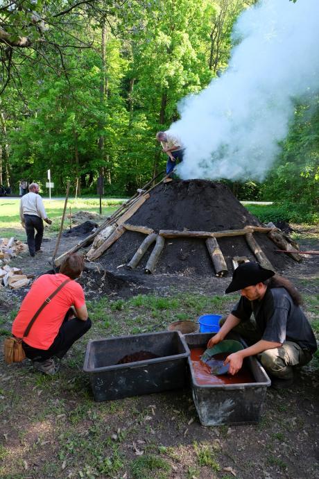 Stará huť u Adamova - květen 2017 - milíř a rýžování rudy