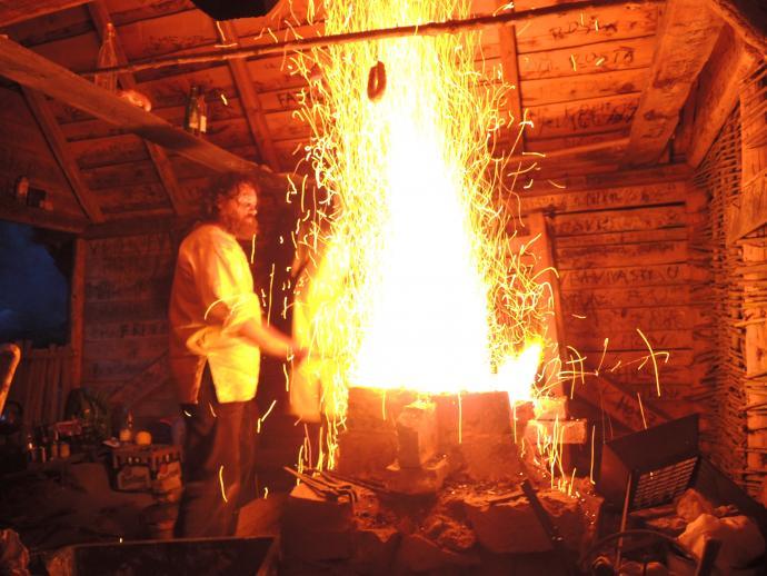 Stará huť u Adamova - květen 2015 - kovář při práci