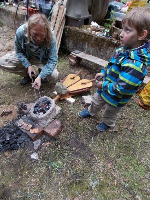 Stará huť u Adamova - 23. května 2015 - odlévání drobných bronzových ozdob