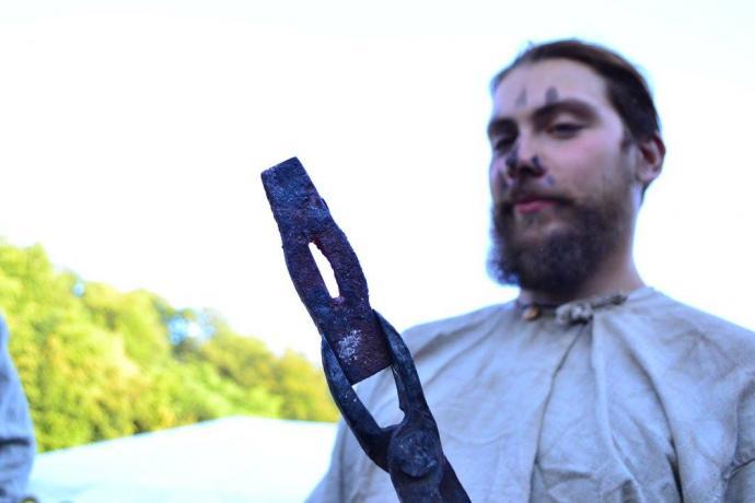 Črtomir se svým kovářským výtvorem - kladívkem.