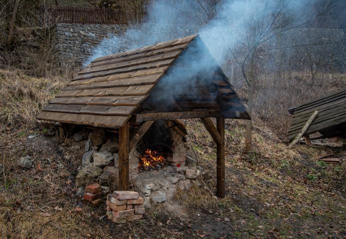 Stará huť u Adamova, kouř vystupující z chlebové pece