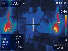 IR snímek baterie pecí i s obsluhou