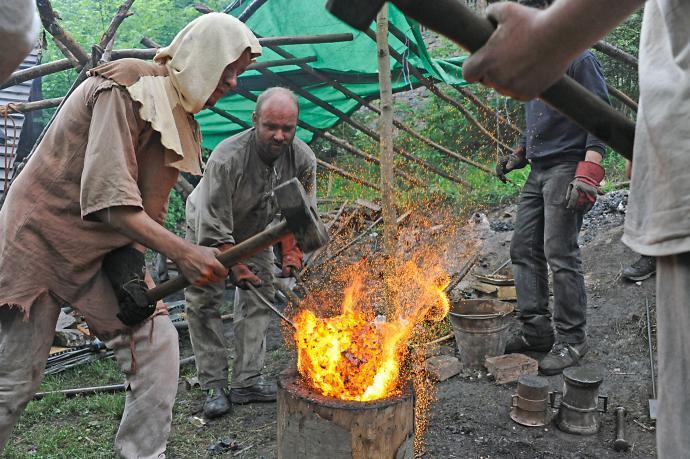 Stará huť u Adamova - 23. května 2015 - konec ukázkové tavby - kování železné lupy