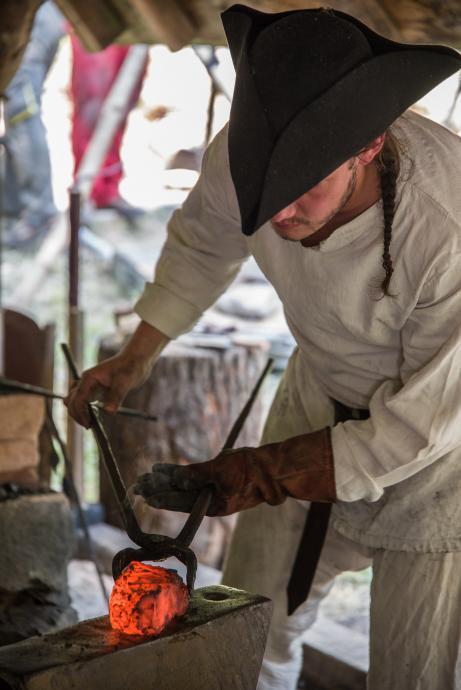 Svařené tři kusy plocháče k sobě a kovář Lokajíček