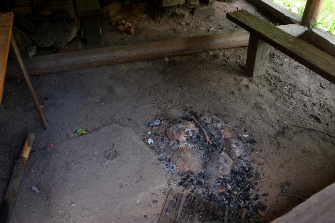 Velké ohniště nebo výheň nestačí, tak si uděláme ještě jedno malé ohnišťátko! A moc se nám povedlo, tak se ať se jím potěší i ostatní - škoda jej poklízet