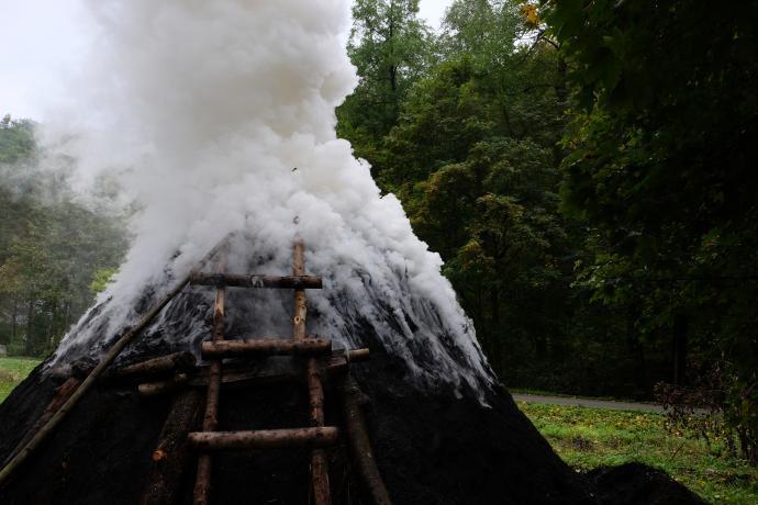 Krémový kouř z milíře
