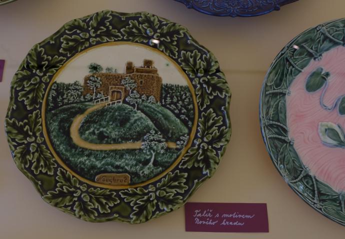 Olomučanská keramika - talíř s motivem Nového hradu z výstavy Muzea Blanenska