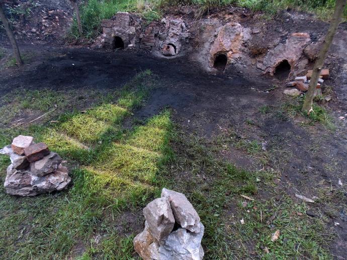 Stará huť u Adamova - čtveřice pecí s tenkou hrudí a otisk měchů