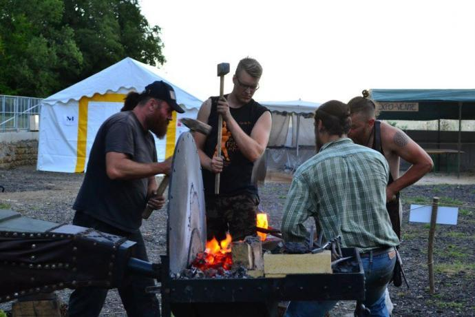 Kováři při práci na jedné z hub
