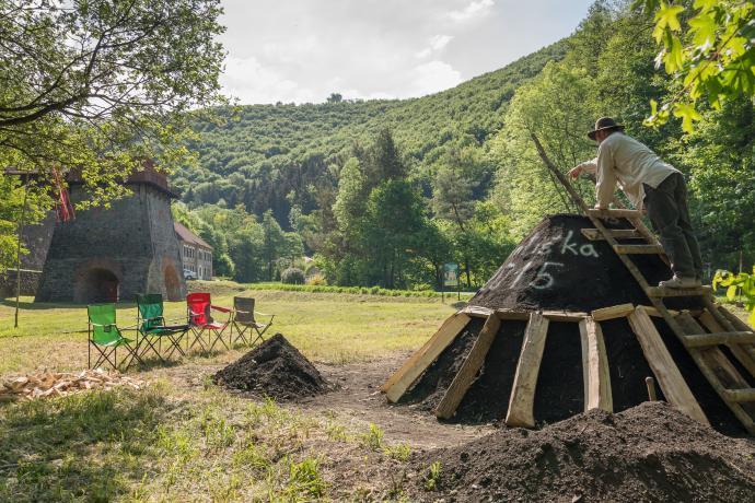 Stará huť u Adamova - květen 2015 - příprava milíře k zapálení