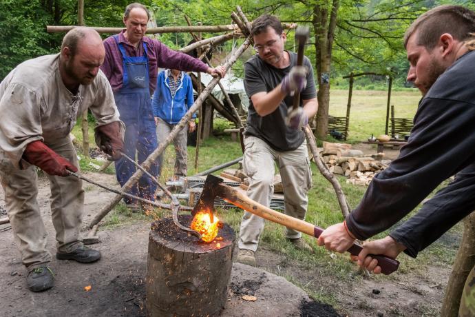 Stará huť u Adamova - květen 2015 - nasekávání železné lupy