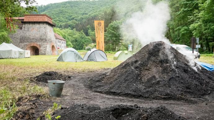 Stará huť u Adamova - květen 2015 - hořící milíř