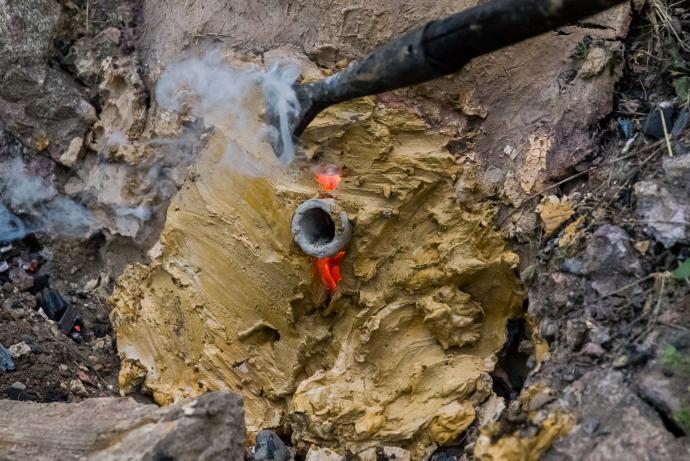 Štítek opraven jeskynním jílem
