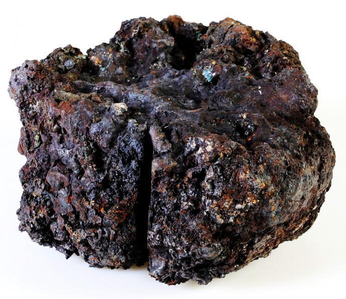 Částečně naseknutá železná lupa vzniklá při jedné z pokusných taveb.