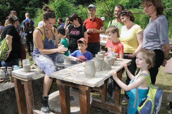 Točení keramiky na kopacím hrnčířském kruhu (Vyšší odborná škola restaurátorská v Brně)