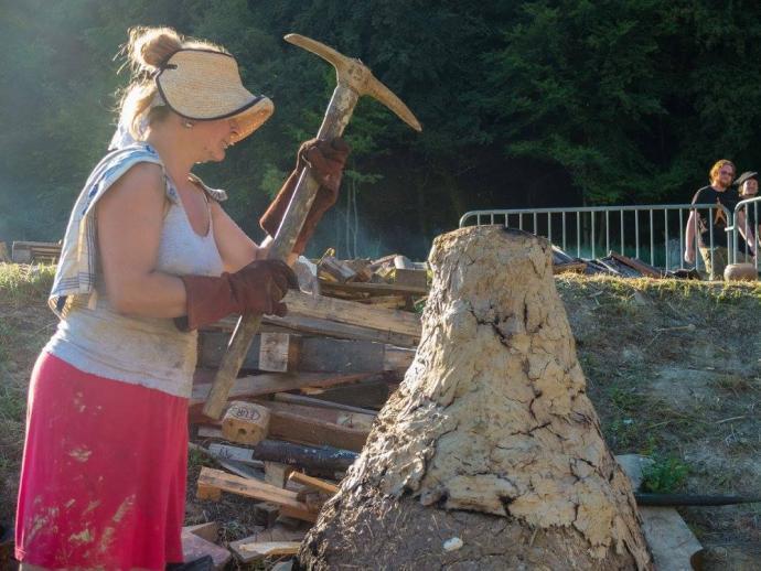 Alžběta rozbíjející keramickou pec