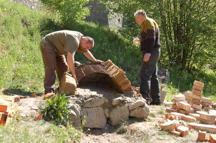 Jiří a David Mertovi při stavbě první chlebové pece v roce 2007.