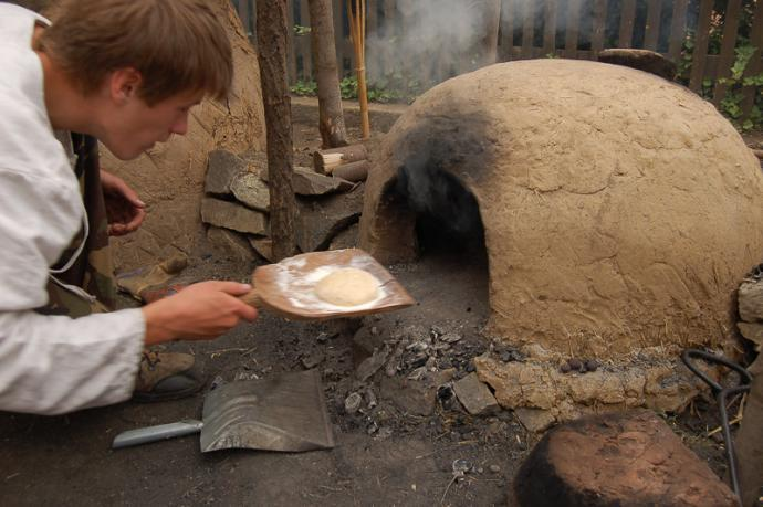 Ukázka staršího typu potravinářské pece - Sebranice 2008 (Spolek archaických nadšenců)