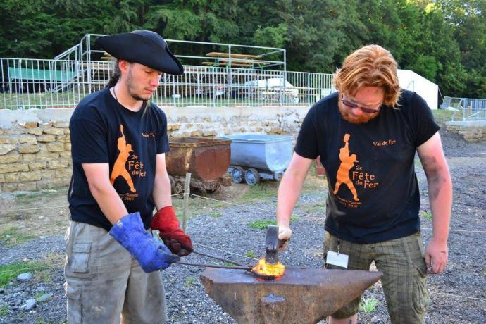 Kovář Loki a jeho student Martin bojující s fosforovým železem