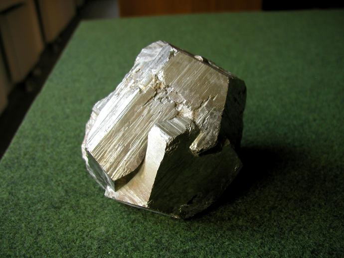 Srůst dvanáctistěnů pyritu