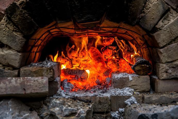 Hořící pravěká potravinová pec