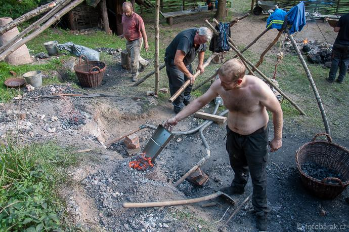 Stará huť u Adamova / Josefov - experimentální tavby 11. a 12. září 2015 - obsluha pecí
