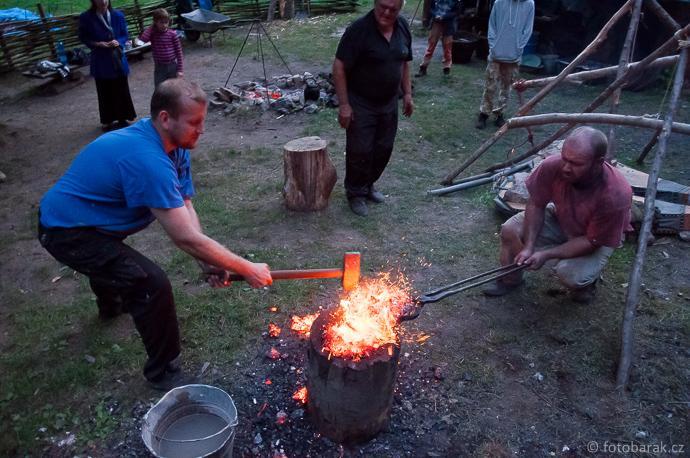 Stará huť u Adamova / Josefov - experimentální tavby 11. a 12. září 2015 - kování železné houby
