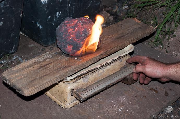 Stará huť u Adamova / Josefov - experimentální tavby 11. a 12. září 2015 - vážení železné lupy (cca 5,3 kg)