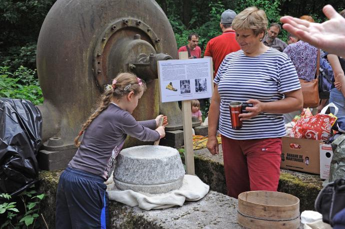 Mletí obilí na ručním mlýnku