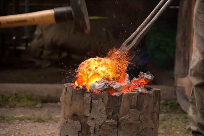 Stloukání hutné železné houby
