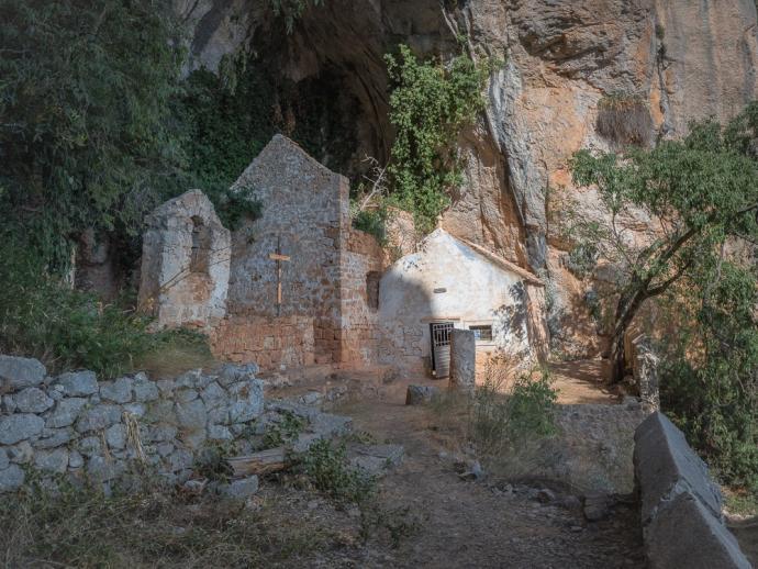 Pohled na ruiny kláštera / poustevny pod skalním převisem