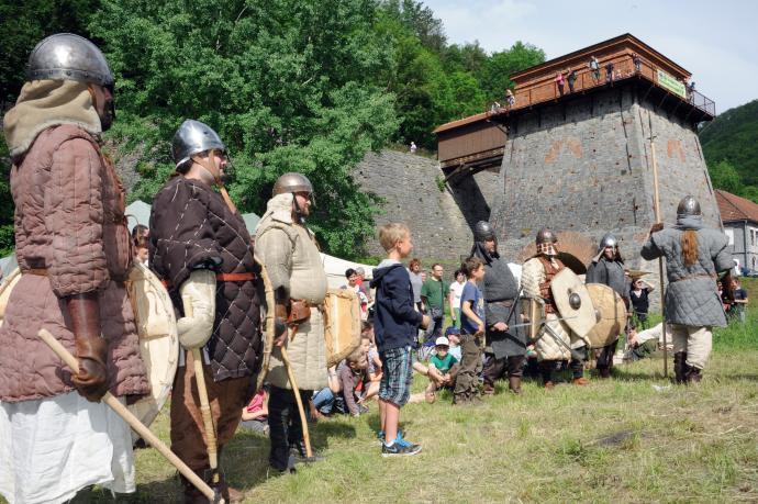 Náčelník Veliký rámus a jeho muži před Františkou